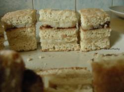 Ciasto miodowe z masą grysikową i powidłem śliwkowym