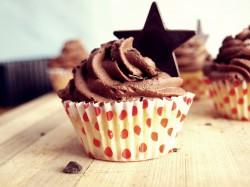 Cupcakes ozdobione czekoladowym kremem z whisky