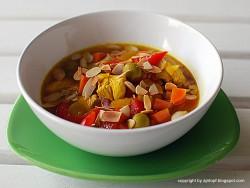 Gulasz drobiowy z oliwkami, migdałami i kurkumą