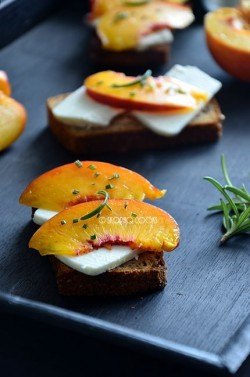 Kanapka z kozim serem, nektarynkami i rozmarynem / Open sandwich with goat's cheese, nectarine and rosemary