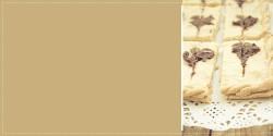 Orkiszowy mazurek z pastą sezamową i karobem