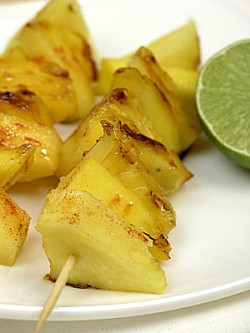 Owocowe szaszłyki z ananasa i mango