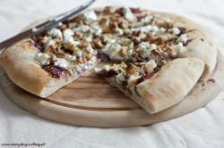 Pizza z karmelizowaną cebulą,wędzonym pstrągiem i serem kozim