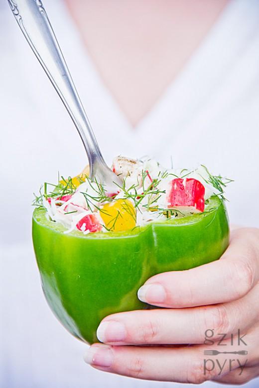 Sałatka z paluszków surimi (krabowych) z makaronem ryżowym, świeżym ogórkiem, papryką i koperkiem.