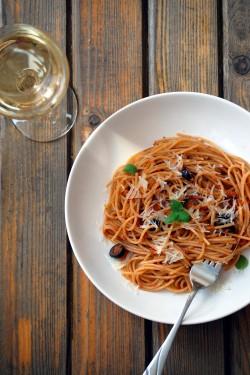 Spaghetti z tuńczykiem i pomidorowym sosem