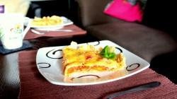 Włoska tarta z mozzarellą i pomidorami.
