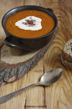Zupa z pieczonej dyni i pomidorów z czerwoną soczewicą