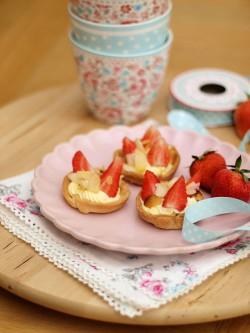 Łatwe babeczki z masą budyniową i truskawkami