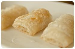 Banany smażone w papierze ryżowym polane miodem