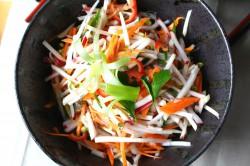 bardzo chrupiąca sałatka z tajskim sosem – very crunchy salad with thai dressing
