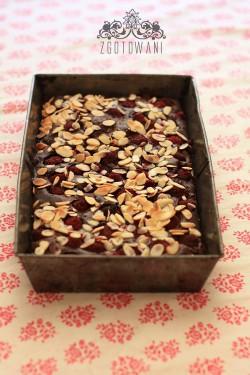 brownies z malinami podawane z sosem malionowym