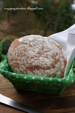 Chleb z serami i oliwkami pieczony w żeliwnym garnku