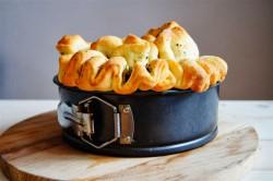chlebek do skubania z masłem ziołowym