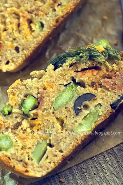 Chlebek ze szparagami, suszonymi pomidorami i oliwkami