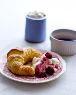Croissant z malinami w malibu