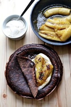 Czekoladowo korzenne naleśniki sojowe z karmelizowanym bananem