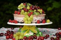 dietetyczny sernik pianka na zimno z owocami sezonowymi.dieta