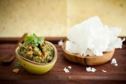 Dip z bakłażanów z ryżowymi prażynkami