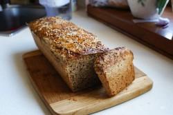 Dom chlebem pachnący, czyli domowy chleb żytnio-razowy na zakwasie.