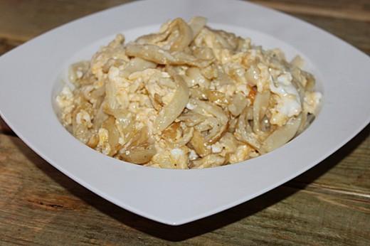 Domowy makaron smażony z jajem