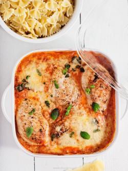 filety z kurczaka w sosie pomidorowym z parmezanem