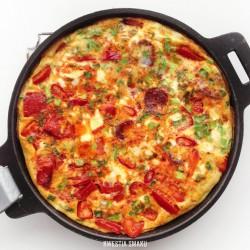 Frittata z chorizo, papryką, chili i szczypiorkiem