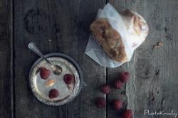 Gigantyczne muffiny z białą czekoladą i malinami