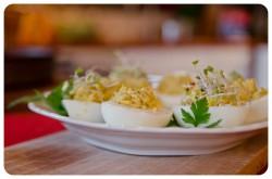 Jajka faszerowane kiełkami brokuła i pieczonym czosnkiem