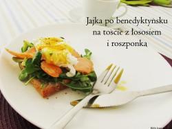 Jajka po benedyktyńsku na toście z łososiem i roszponką