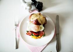 Jajko w koszulce z bekonem, kremowym pesto zamknięta w tostowanej bułce