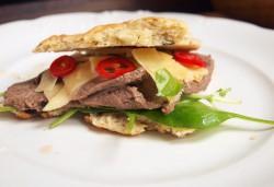 Kanapka z wołowiną, parmezanem, szpinakiem i chilli, oryginalna kanapka, panini | CooLinarNy