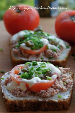 Kanapki z tuńczykiem i sosem czosnkowym