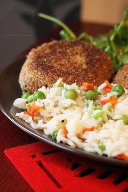 Kotlety jęczmienno-gryczane i ryż z marchewką i groszkiem