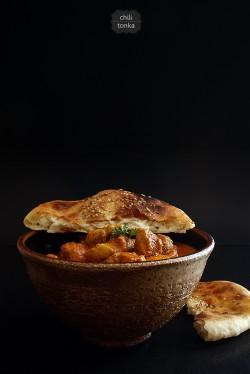 Kurczak w kremowym sosie curry na ostro, a do tego chlebki naan