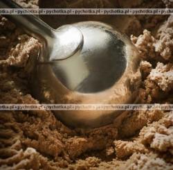 Lody czekoladowo-orzechowe w truskawkach