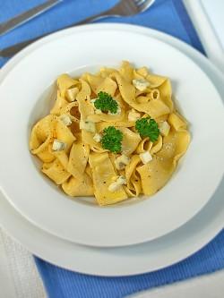 Makaron domowy z masłem czosnkowo – szałwiowym