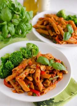 Makaron razowy z warzywami, pieczarkami i ajvarem