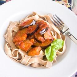 Makaron tagliatelle z bakłażanem i pomidorami