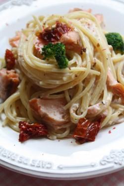 makaron z łososiem i suszonymi pomidorami w sosie śmietanowym