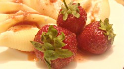 Makaronowe muszle durum nadziane różaną ricottą i polane gorącym sosem truskawkowym