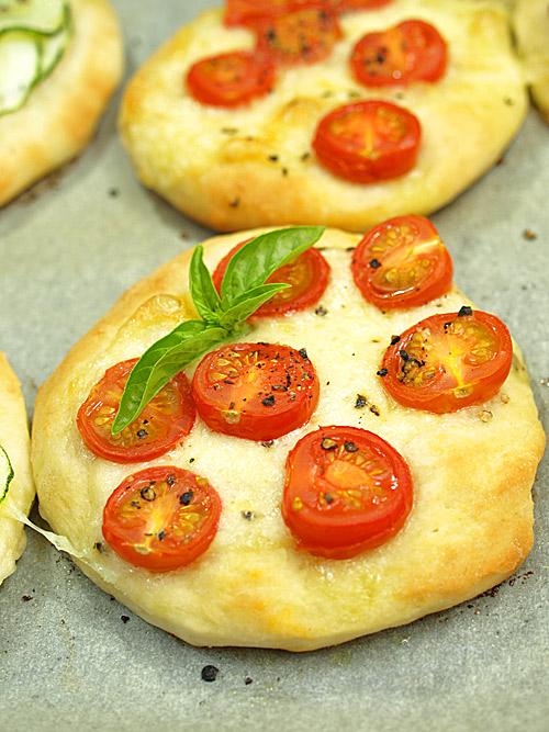 Mini pizze z mozarellą i pomidorkami koktajlowymi