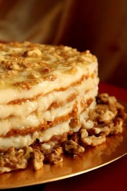Miodowy tort z orzechami