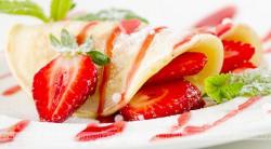 Naleśniki deserowe z lodami truskawkowymi