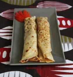 Naleśniki z mąki razowej z hummusem i szpinakiem