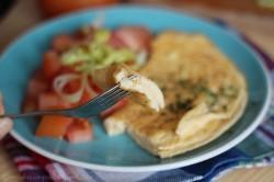 Omlet z dwóch jaj z pomidorem i porem