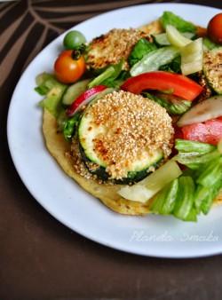 Omlet z panierowaną cukinią i warzywami