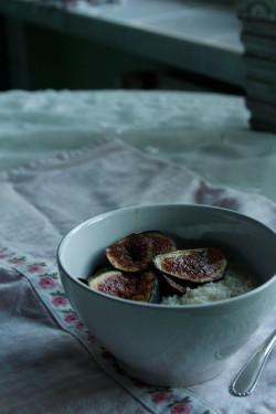 płatki jęczmienne i ryżowe na mleku z duszoną w miodzie i cynamonie figą
