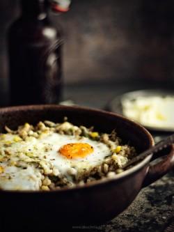 pęczak zapiekany z warzywami wedzonym serem i jajkiem