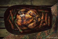 Pieczone kurczę z glazurowanymi marchewkami