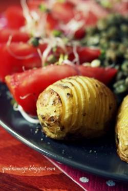 """Pieczone ziemniaki """"hasselback"""" i duszona soczewica"""